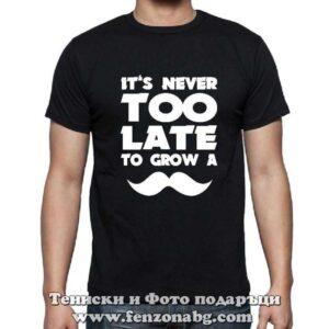 Мъжка тениска с надпис It's never too late to crow a moustache